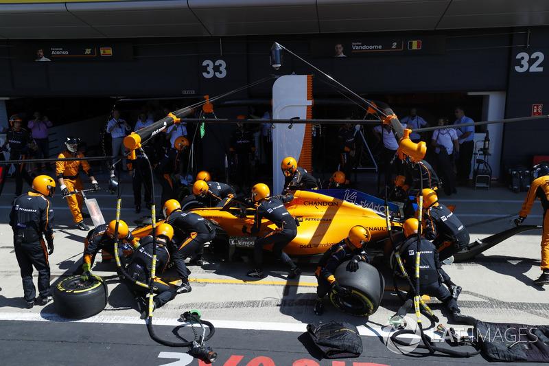 Fernando Alonso, McLaren MCL33, effettua un pit stop