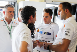 Stoffel Vandoorne, McLaren, talks with engineers