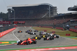 Kimi Raikkonen, Ferrari SF71H en Max Verstappen, Red Bull Racing RB14 bij de start