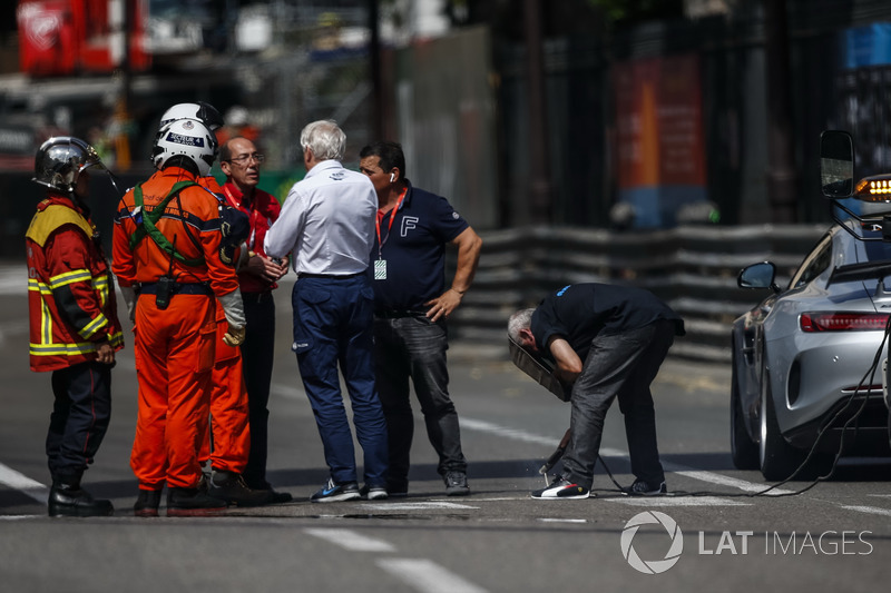 Charlie Whiting, FIA Delegate oversees repairs to a loose drian cover that caused FP2 to be red flagged
