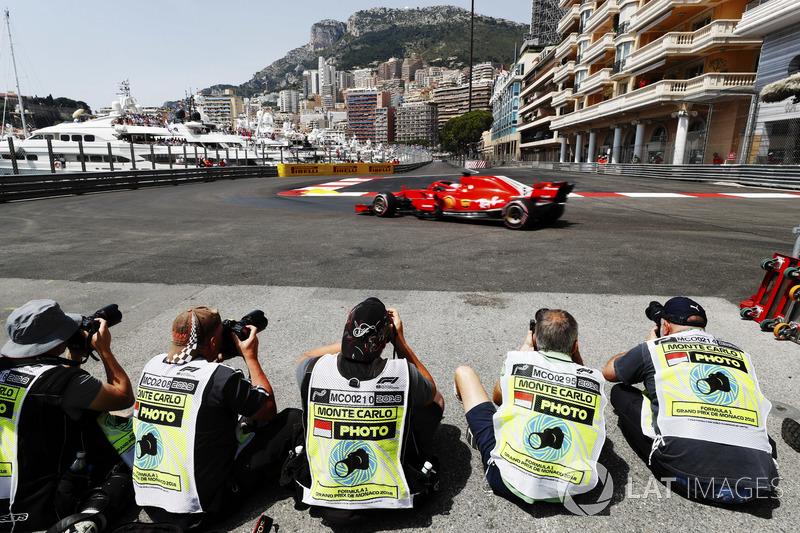 Fotógrafos capturan el paso de Sebastian Vettel, Ferrari SF71H