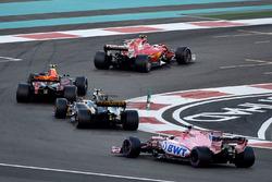 Kimi Raikkonen, Ferrari SF70H, Max Verstappen, Red Bull Racing RB13, Carlos Sainz Jr., Renault Sport F1 Team RS17 en Esteban Ocon, Sahara Force India VJM10