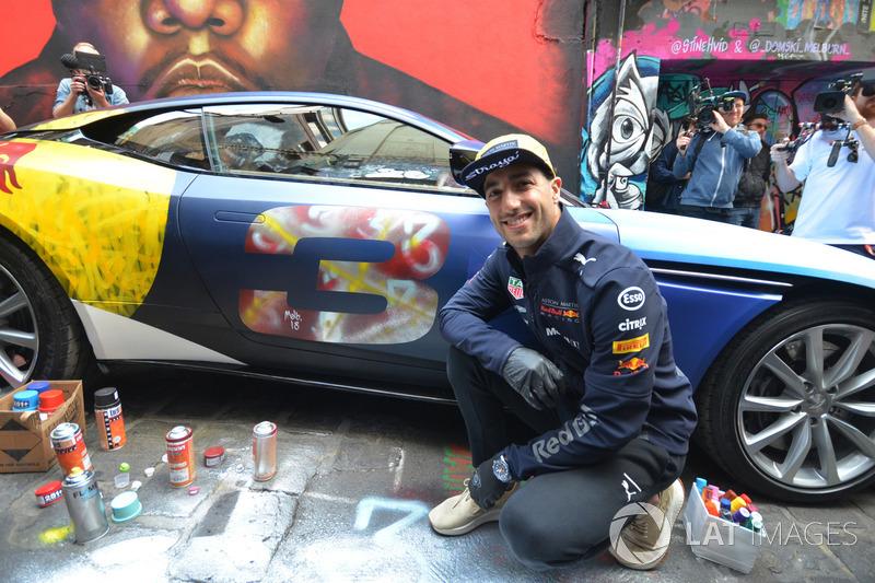 Daniel Ricciardo, Red Bull Racing con una Aston Martin DB11 in stile street art in Hosier Lane
