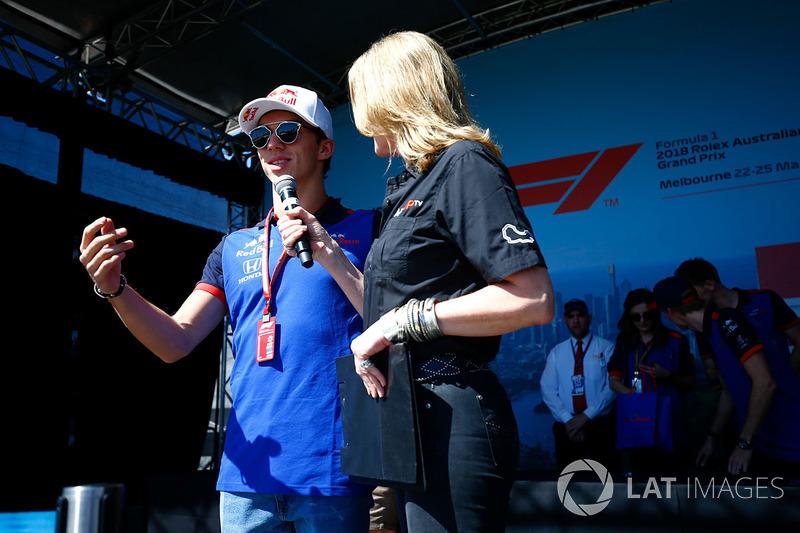 Pierre Gasly, Toro Rosso, est interviewé par Louise Goodman