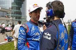 Гонщик Scuderia Toro Rosso Пьер Гасли и инженер