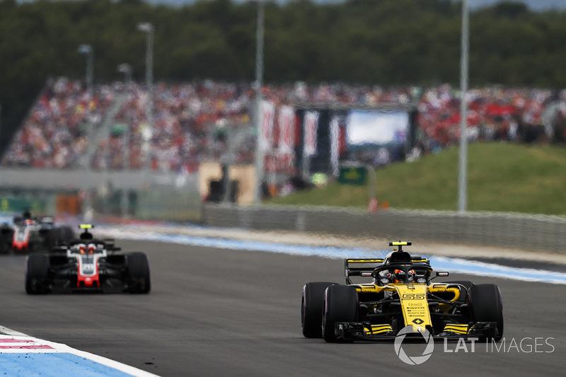 Carlos Sainz Jr., Renault Sport F1 Team R.S. 18, precede Kevin Magnussen, Haas F1 Team VF-18, e Romain Grosjean, Haas F1 Team VF-18