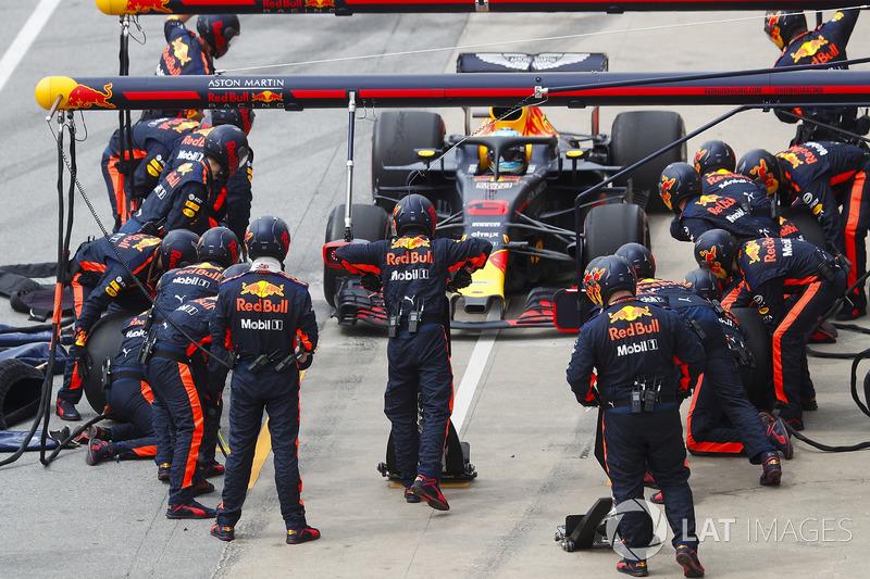 Daniel Ricciardo, Red Bull Racing RB14, hace un pit stop