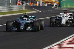 Valtteri Bottas, Mercedes AMG F1 W09, puts a lap on Marcus Ericsson, Sauber C37