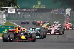 Старт гонки: лидирует Макс Ферстаппен, Red Bull Racing RB13
