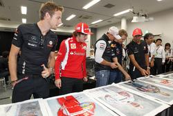 Jenson Button, McLaren, Fernando Alonso, Ferrari, Michael Schumacher, Mercedes GP, Sebastian Vettel, Red Bull Racing y Lewis Hamilton, McLaren firman carteles para obras de caridad