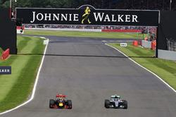 Борьба за позицию: Макс Ферстаппен, Red Bull Racing RB12, и Нико Росберг, Mercedes AMG F1 W07 Hybrid