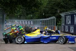 Lucas di Grassi, ABT Schaeffler Audi Sport y Sébastien Buemi, Renault e.Dams chocan en la primera cu