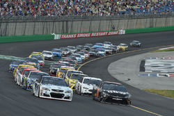 Restart: Kevin Harvick, Stewart-Haas Racing, Chevrolet, Martin Truex Jr., Furniture Row Racing, Toyo