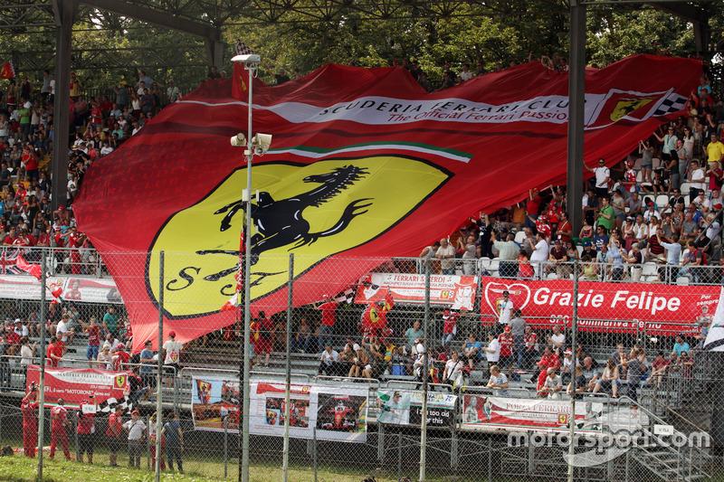 Ferrari fanlarından bir pankart