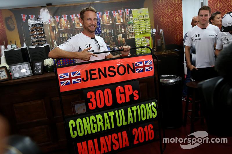 Jenson Button, McLaren celebra sus 300 GP, Stoffel Vandoorne, tercer piloto, McLaren F1 Team