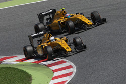 Кевин Магнуссен, Renault Sport F1 Team RS16 и Джолион Палмер, Renault Sport F1 Team RS16 - борьба за