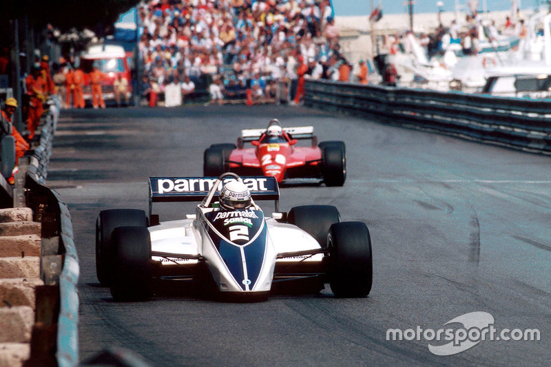 Риккардо Патрезе, Brabham BT49D едет впереди Дидье Пирони, Ferrari