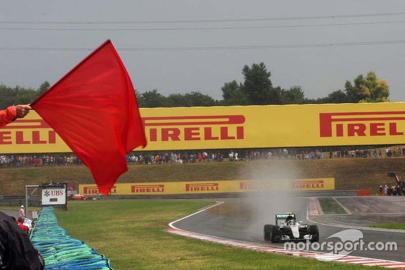 Nico Rosberg, Mercedes AMG F1 W07 Hybrid passes a red flag in qualifying