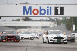 Старт: #15 Multimatic Motorsports Mustang Boss 302R: Біллі Джонсон, Скотт Махвелл лідірує