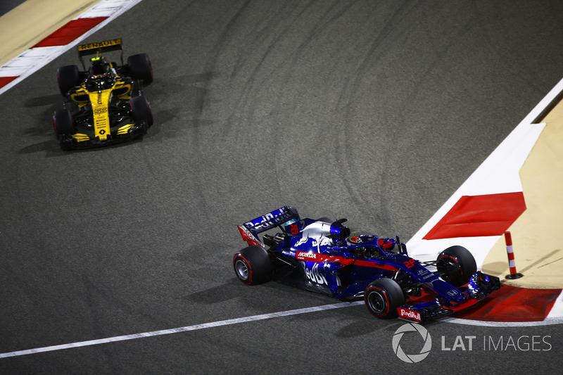 Brendon Hartley, Toro Rosso STR13 Honda lidera a Carlos Sainz Jr., Renault Sport F1 Team R.S. 18