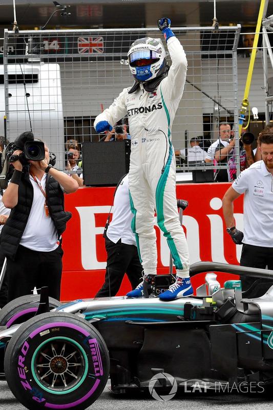Le poleman Valtteri Bottas, Mercedes-AMG F1 fête sa pole position dans le parc fermé