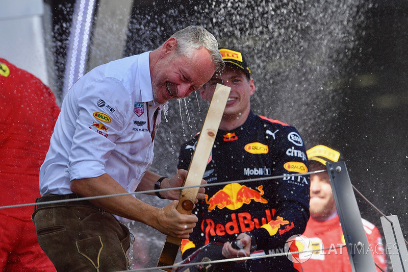 Max Verstappen, Red Bull Racing, Jonathan Wheatley, manager de Red Bull Racing fêtent la victoire avec le champagne
