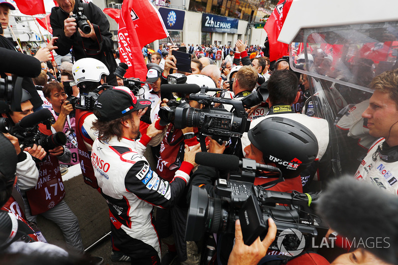 Fernando Alonso, Toyota Gazoo Racing, festeggia con il team