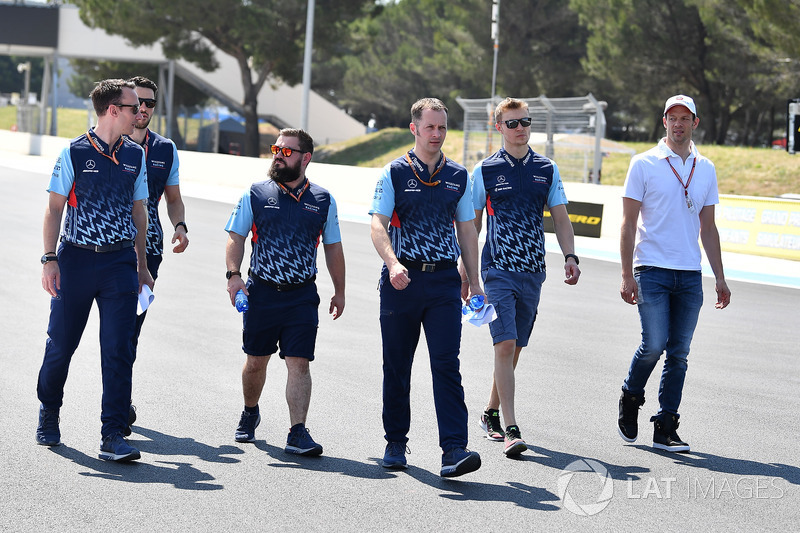 Sergey Sirotkin, Williams cammina lungo il circuito con Alex Wurz, Driver Coach Williams