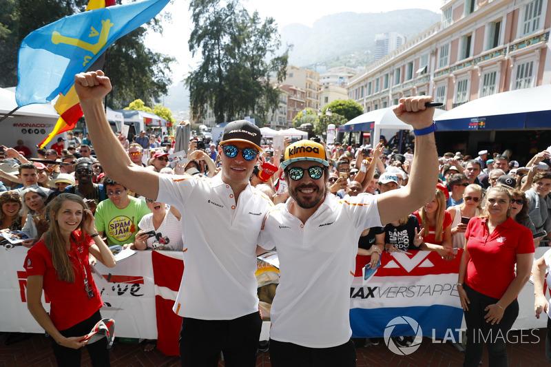 Fernando Alonso, McLaren, et Stoffel Vandoorne, McLaren, posent devant le public de la fanzone