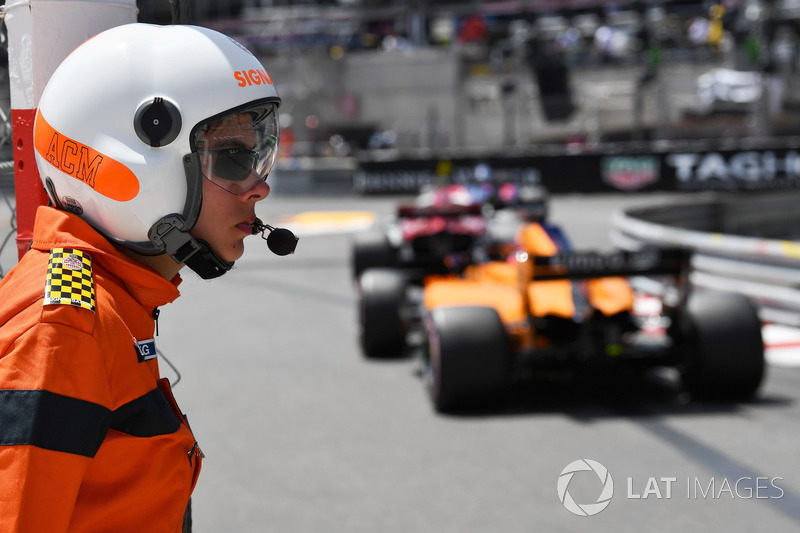 Fernando Alonso, McLaren MCL33 and marshal