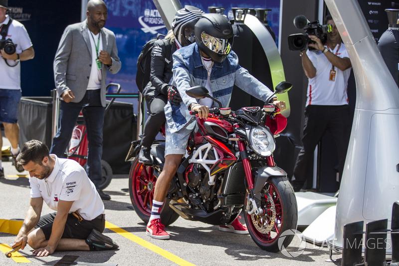 Lewis Hamilton, Mercedes-AMG F1 sur sa MV Agusta
