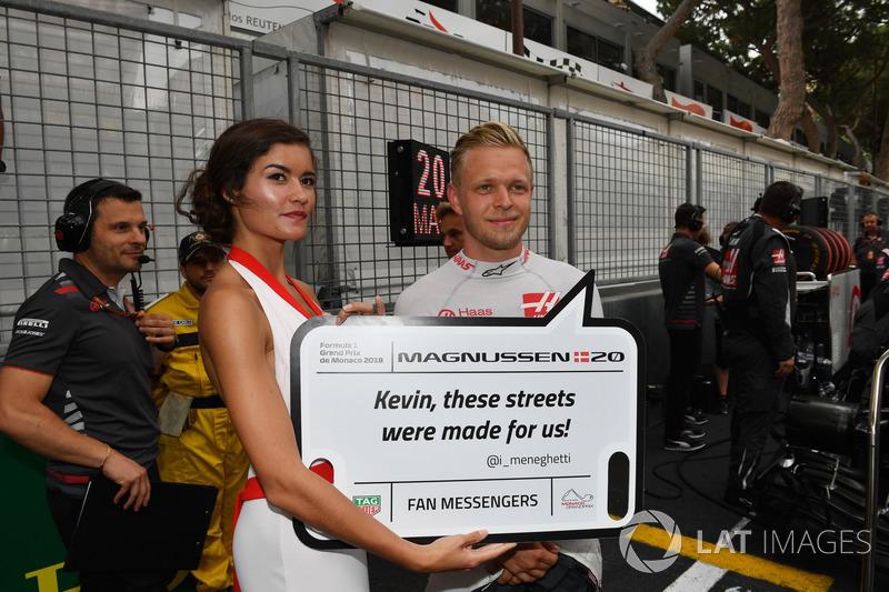 Kevin Magnussen, Haas F1 in griglia con una grid girl