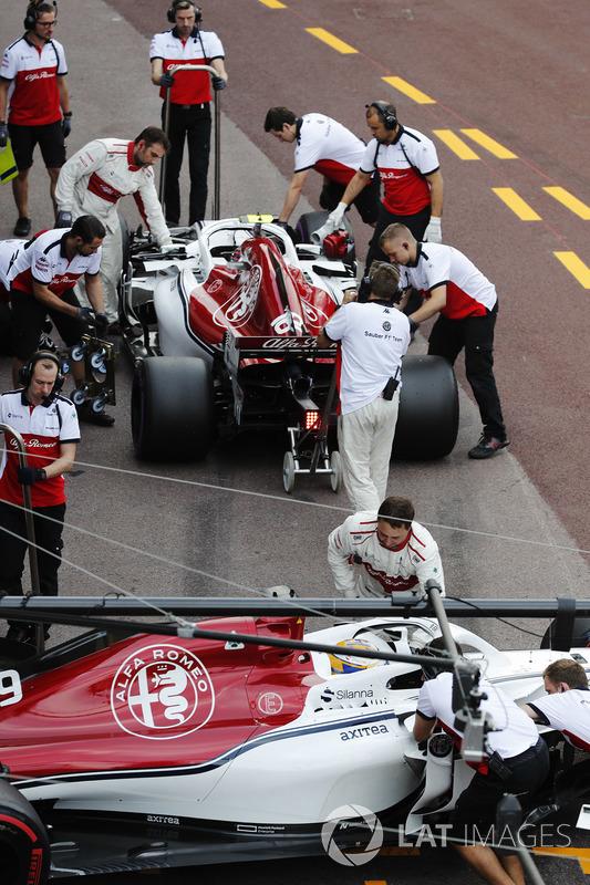 Sauber mechanics work on the Marcus Ericsson Sauber C37 and Charles Leclerc Sauber C37