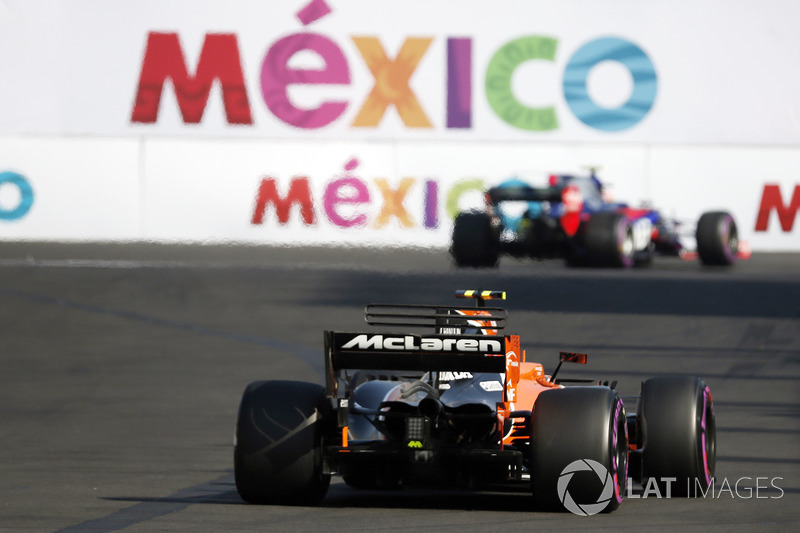 Stoffel Vandoorne, McLaren MCL32 passes Pierre Gasly, Scuderia Toro Rosso STR12 after stopping on track in FP3