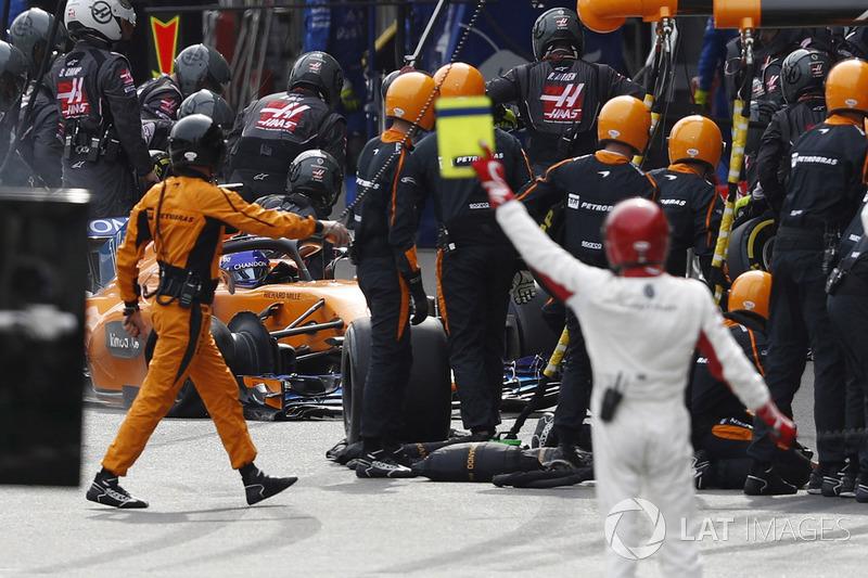 Fernando Alonso, McLaren MCL33 Renault, regresa a pits con daños