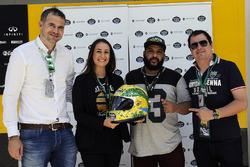 Juan Paz, Estrella Galicia, Alessandra Valllini, Ayrton Senna Foundation, Carlos Sainz Jr., Renault Sport F1 Team, with a special edition helmet designed by Shock Maravillha