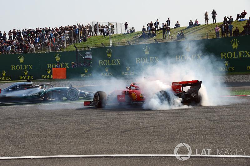 Accrochage entre Max Verstappen, Red Bull Racing RB14 et Sebastian Vettel, Ferrari SF71H alors que Lewis Hamilton, Mercedes-AMG F1 W09 EQ Power passent