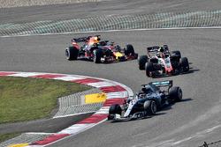 Lewis Hamilton, Mercedes-AMG F1 W09 EQ Power+, Kevin Magnussen, Haas F1 Team VF-18 et Daniel Ricciardo, Red Bull Racing RB14