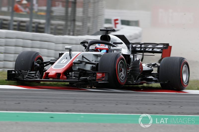 Romain Grosjean, Haas F1 Team VF-18 melindas kerb berlebihan