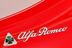 Le logo Alfa Romeo sur le capot moteur de la Ferrari
