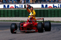 Michael Schumacher, Ferrari F310B, mit Giancarlo Fisichella, Jordan