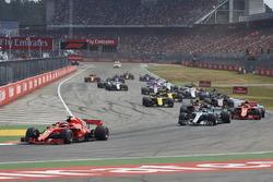 Sebastian Vettel, Ferrari SF71H, precede Valtteri Bottas, Mercedes AMG F1 W09, Kimi Raikkonen, Ferrari SF71H, Max Verstappen, Red Bull Racing RB14, Kevin Magnussen, Haas F1 Team VF-18, Nico Hulkenberg, Renault Sport F1 Team R.S. 18, e il resto del gruppo, alla partenza