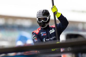 Mecánico de SMP Racing en el trabajo