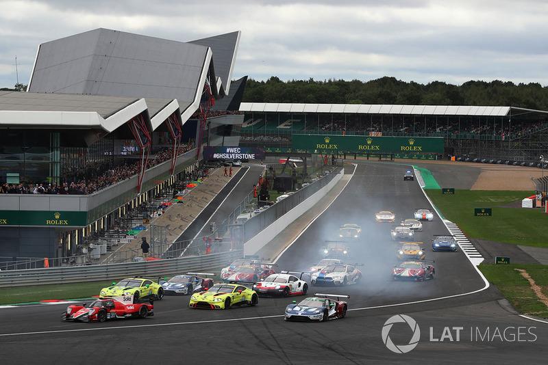 Inicio de la carrera, #66 Ford Chip Ganassi Racing Ford GT: Stefan Mucke, Olivier Pla runs wide