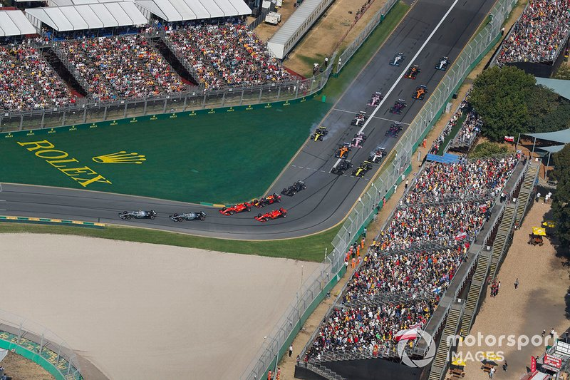 Valtteri Bottas, Mercedes AMG W10, precede Lewis Hamilton, Mercedes AMG F1 W10, Sebastian Vettel, Ferrari SF90, Max Verstappen, Red Bull Racing RB15, Charles Leclerc, Ferrari SF90, ed il resto del gruppo alla prima curva