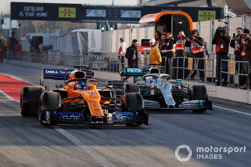 Carlos Sainz Jr, McLaren MCL34 en Valtteri Bottas, Mercedes-AMG F1 W10 EQ Power+