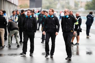 Paul Fickers, Performance Programme Engineering Director, Gérry Hughes, NIO Formula E Team Principal, Christian Silk, Performance Programme Racing Director in the pit lane