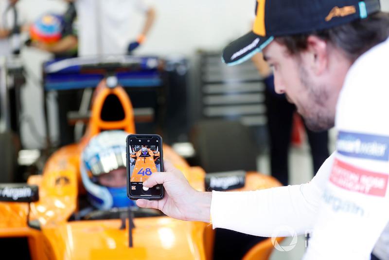 Jimmie Johnson in de McLaren, Fernando Alonso maakt een foto