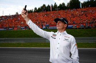 Max Verstappen, Red Bull, scatta una foto con i tifosi olandesi sullo sfondo