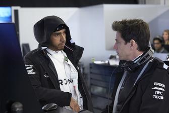 Lewis Hamilton, Mercedes AMG F1, et Toto Wolff, directeur exécutif, Mercedes AMG